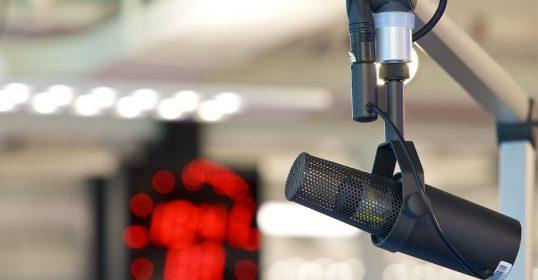 Voice-over microfoon Gerard Oonk homepage hero 1280px
